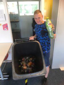 Ruben zamelt statiegeld flessen in voor India